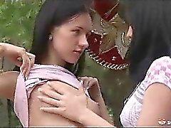 Lesbo pelejä puutarhassa