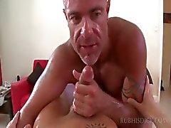 Parafuso prisioneiro reta recebe o seu pau e bunda fodida gay