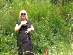 Chicas de gótica rubio del bbw parpadear y exposición al aire libre