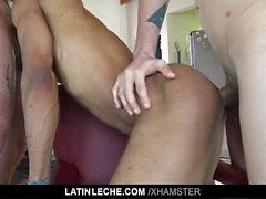 LatinLeche - garanhão Latino crams dois galos em sua boca