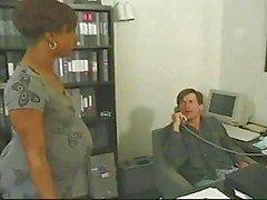Gravid ebenholts tar vit kuk på kontoret