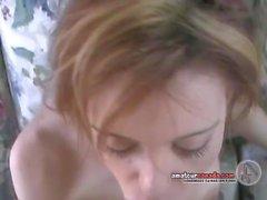 Frau saugt 10 Zoll großen weißen Schwanz Gesichts-Cumshot