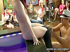 Группа дикорастущих американским девушок всасывания стриптизерш член и партию
