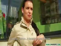 Tsjechische brunette tiener verpleegster gaat naar een vrienden te zuigen en neuken buiten