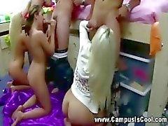Honger college babes zuigen kut samen