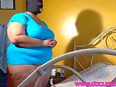 Large maskierte Frau der Kamera ficken haupt