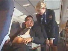 Air stewardess ajuda com a masturbação no vôo