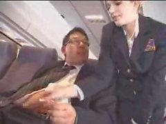 Flygvärdinna hjälper till med att onani på flighten