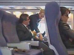 hôtesse de l'air aide à la masturbation sur le vol