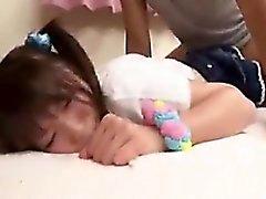 A estudante japonesa bonito obtem poked e prodded e então dr