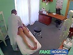 FakeHospital Doktoru gençler lonely çoğunu yankılayacak bir kız sığması için güçlü bir orgazm veren