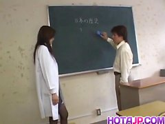 Май Ханано с круглыми канистрами трахали в школе