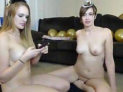 Dos chicas lesbianas lamen a un buen bebé coño caliente