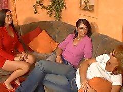 3 geile duitse moeders met plezier met een dildo