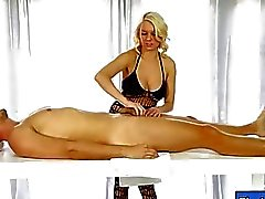 Glamour masseuse deepthroats pinto duro por baixo da mesa