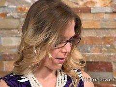 Блондинная мачеха разрешает подростку есть ее пизда