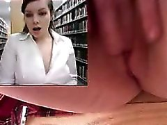 Fille se masturbe et se jette dans la bibliothèque