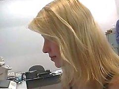 Sporgenza ruba la l'innocenza stupendo del stagista biondi in una camera d'hotel