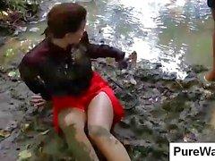 Uit het nemen van een wandeling in de natuur twee jonge hottie kuikens vuil in een modderige beek