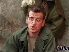 Army Schlampe hat ihre behaarte Twat pummeled