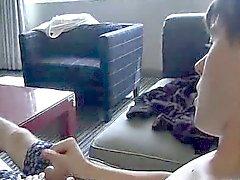 Amateur stud framgår hans fötter samt fjantar IT- på soffan