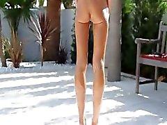 Muchacha flaco estupendo flexi peeing exteriores