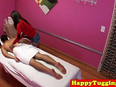 Petite masse asiatique à petite taille mécontentement en massage