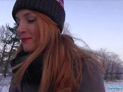 Agent public Inked ginger Irina Vega gagne de l'argent pour fucking