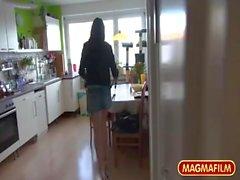 Teenager tedesco pagando per il suo ascensore