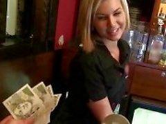 Blondine Serviererin bezahlten und doggy durchgefickt