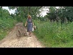 Rubia mujer madura granja atacado y maltratado en el bosque