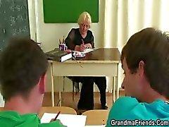 Twee geile leerlingen bang oude leraar