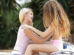Ванессы а Иззи Дельфин интимной лесбийское действие открытом воздухе