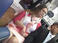 Horny Milf a baisé avec un vibrateur sur le bus et la bite de succion