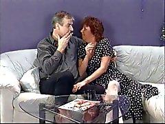 Зрелая брюнетку сосет хуй супруга , то ест киска молодой панк птенца на диване