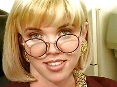 Ballot blondinette fourre un gode dans sa chatte du salon