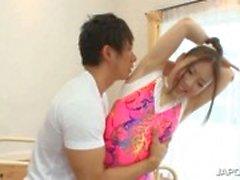 Del gimnasta asiático trabajando el cuerpo caliente