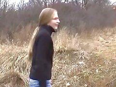 Jonge parmantig tit blonde meisje houdt van de weg het hoofd te geven aan grote lul vriendje