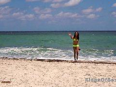 Latina caliente golpeando en bikini amarillo