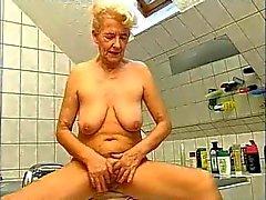 Granny vs dois pau