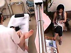 Jeune asiatique examiné de près par un médecin