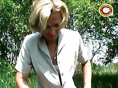 Mogen blond slampa pissar utanför och rakar hennes håriga fitta