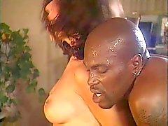Do parafuso prisioneiro Big black se seu pênis sugada de dois pintinhos Cor a quente