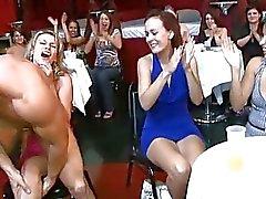 Nicelooking filles se essayent plots du pénis