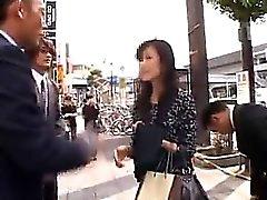 Красивые азиатская дама получает взял на улице а грубая