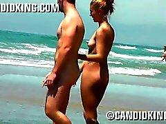 Latina joven atractiva pillada desnuda en la playa!