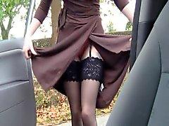 Mulher relaxada britânicos do azevinho brinca com ela mesma em layby dentro de um carro