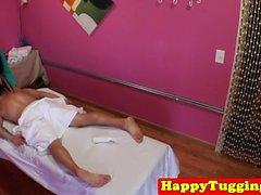 Чёрный восточный массажист дует петух до спермы