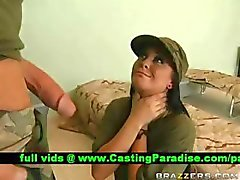 Jackie de Daniels amordazando enorme verga en el ejército