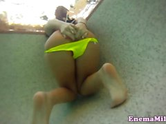 Schätzchen verbreitet ihre Prolapses Arschloch auf Pool und im Aufzug